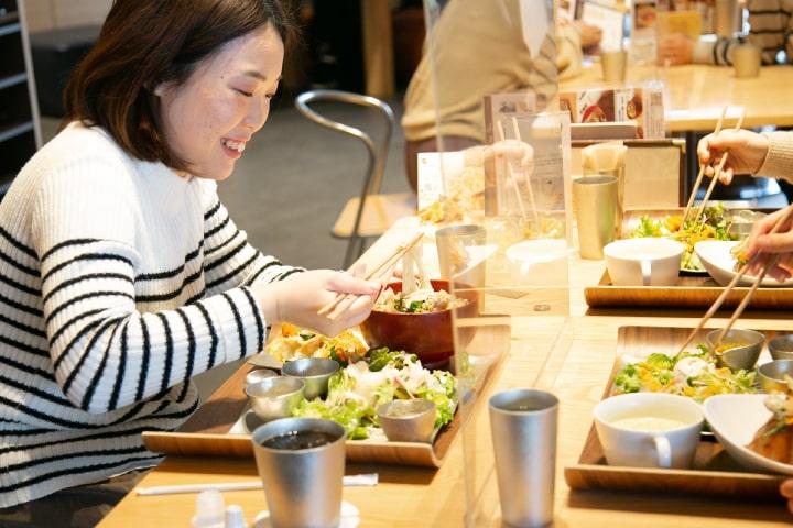 地元の食材を使ったランチを錫の器で提供するカフェ